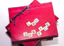 与镜片的红色法律BOKS和书面的法律正义 库存照片