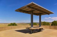 与长凳和太阳机盖的风景观点 免版税图库摄影