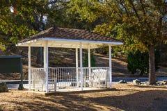 与长凳的小眺望台 免版税库存照片