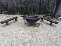 与长凳的火坑 库存图片