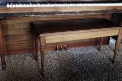 与长凳的老钢琴锁上象牙乌木 库存图片