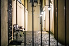 与长凳的闭合的大道由灯笼点燃了 免版税库存照片