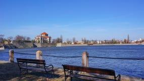 与长凳的陶陶城堡从前景的湖 免版税图库摄影