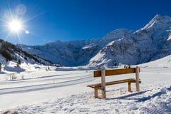 与长凳邀请的晒日光浴的高山山风景在山太阳 库存图片