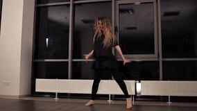 年轻俏丽的传神女孩跳舞 与长发的模型在演播室移动身体 股票录像