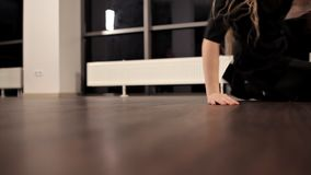 年轻俏丽的传神女孩跳舞 与长发的模型在演播室移动身体 股票视频