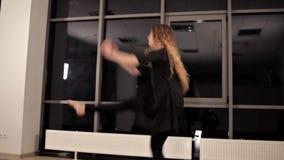 年轻俏丽的传神女孩跳舞 与长发的模型在演播室移动身体 影视素材