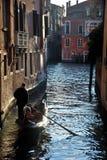 与长平底船的场面在威尼斯,意大利 免版税库存图片