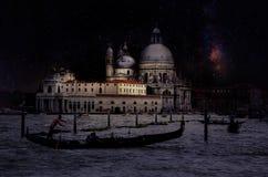 与长平底船的艺术减速火箭的图象在运河重创在与木板条地板的晚上前景,满月和乳状的,威尼斯,它 图库摄影