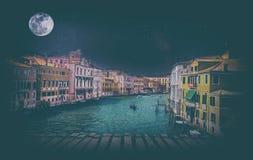 与长平底船的艺术减速火箭的图象在重创的运河,威尼斯,它 库存照片