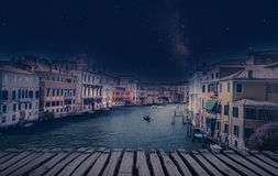 与长平底船的艺术减速火箭的图象在重创的运河,威尼斯,它 图库摄影