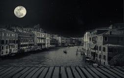 与长平底船的艺术减速火箭的图象在重创的运河,威尼斯,它 免版税库存图片