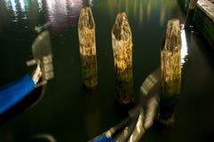 与长平底船的3三根威尼斯水柱子在晚上 库存照片