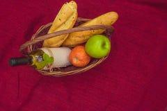 与长方形宝石、苹果和瓶的野餐篮子白葡萄酒wi 库存图片