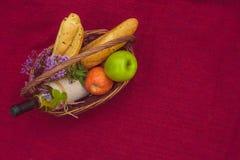 与长方形宝石、苹果和瓶的野餐篮子白葡萄酒wi 免版税库存图片