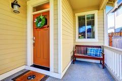 与长木凳的舒适被盖的门廊特写镜头 免版税库存图片