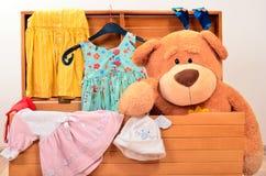 与长毛绒玩具和女孩衣裳的胸口 库存照片