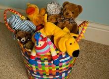 与长毛绒动物的篮子在地毯 免版税库存照片