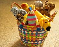 与长毛绒玩具的五颜六色的篮子 免版税库存照片