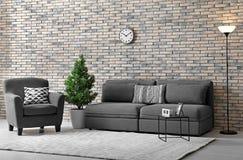 与长沙发和扶手椅子的现代客厅内部 免版税图库摄影