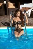 与长的健康头发的美好的性感的女孩模型在黑比基尼泳装 免版税图库摄影