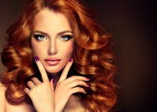 与长的卷曲红色头发的女孩模型 免版税库存照片