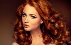 与长的卷曲红色头发的女孩模型 免版税库存图片