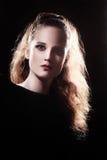 与长的厚实的头发的美丽的妇女画象 免版税库存图片