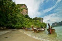 与长的小船的热带海滩 免版税图库摄影