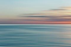 与长的曝光作用,水平运动bl的五颜六色的日出 免版税库存照片