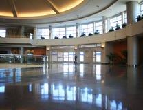 与长的曝光的机场内部射击 库存图片