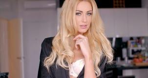 与长的白肤金发的波浪发的少妇俏丽的面孔 股票录像