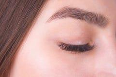 与长的睫毛和美丽的眼眉,克洛的闭合的女性眼睛 库存照片