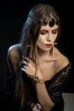 与长的睫毛的黑天使 使变冷的注视 天万圣夜的图象 库存照片