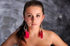 与长的红色耳环的少妇纵向 库存图片