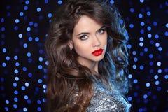 与长的褐色的美好的女孩模型卷曲了头发和红色嘴唇ov 免版税库存照片