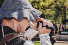 与长的鼻子的幻想形象摄制矮子的参加者 免版税图库摄影