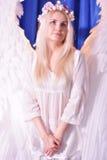 与长的头发的有吸引力的美好的天使女孩模型 免版税库存照片