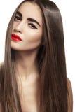 与长的直发的美好的模型&红色嘴唇化妆 免版税库存照片