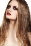 与长的头发&难看的东西红色嘴唇的美好的模型化妆 免版税库存照片
