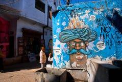 与长着大髭须的人的街道街道画头巾的 免版税库存图片