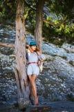 与长腿摆在的美好的年轻亭亭玉立的妇女模型室外 免版税库存照片