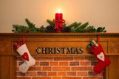 与长袜和蜡烛的圣诞节壁炉 免版税库存图片
