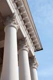 与门廓详细资料的古典列 免版税库存照片