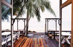 与门开头在海滩,沿海岸区视图的木大阳台 免版税库存照片