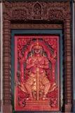 与门房的红色古老门Prachuap Khiri Khan Lak的Mueang 图库摄影