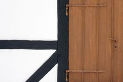 与门的半木料半灰泥的门面 免版税库存照片
