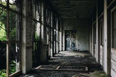 与门&被筛选的Windows -被放弃的结核病疗养院的遗弃门廊-新泽西 库存照片