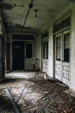 与门&被筛选的Windows -被放弃的结核病疗养院的遗弃门廊-新泽西 库存图片