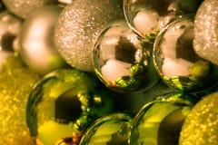 与闪亮金属片的圣诞节球在白色背景 免版税库存图片